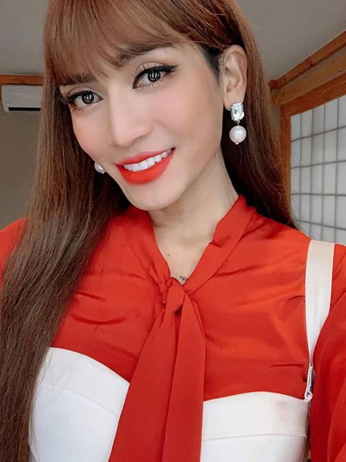 BB Trần duyên dáng như con gái khi trang điểm môi đỏ tông xuyệt tông với áo.