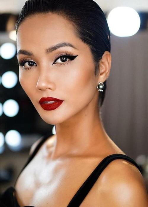 Gương mặt của HHen Niê khi trang điểm kỹ vừa có nét sexy phương Tây, lại vừa mang nét bí ẩn của các cô gái phương Đông.
