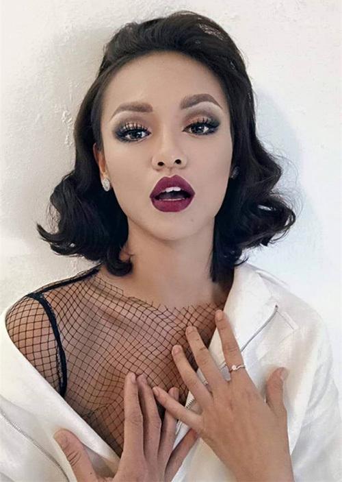 Cô nàng cũng là người đẹp hiếm hoi có thể thử những cách trang điểm đậm đà cả mắt và môi mà không bị dừ hay sến. Đôi môi trái tim giúp Mai Ngô có vẻ ngoài đậm chất cổ điển khi được makeup phù hợp.
