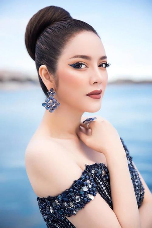 Người đẹp từng biến hóa ấn tượng với nhiều phong cách.Từ sắc lạnh kiểu Âu Mỹ cho đến sang trọng, kiêu sa kiểu Ấn Độ, Trung Quốc, Thái Lan... Lý Nhã Kỳ đều chinh phục được.