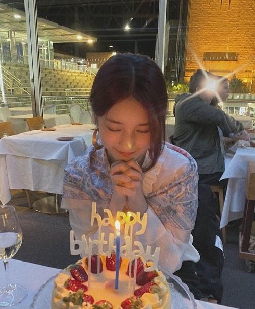 Suzy hạnh phúc mừng sinh nhật tuổi 25.