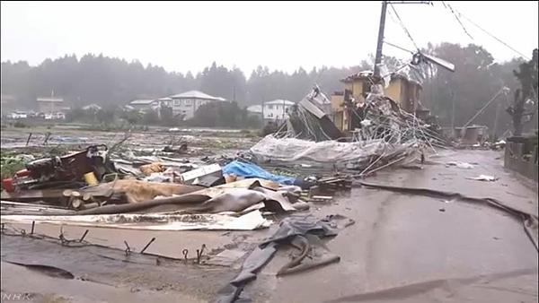 Một căn nhà ở Ichihara - Chiba, bị lốc thổi bay vào 8h sáng 12/10. Ảnh: NHK.