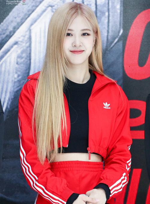 Trong một sự kiện gần đây, Rosé thu hút sự chú ý khi diện set đồ màu đỏ đậm phong cách thể thao. Chiếc áo khoác ngắn cũn ngang eo là điểm nhấn giúp cô nàng trông khỏe khoắn mà vẫn gợi cảm.