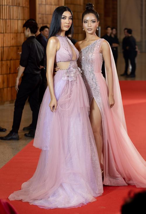 Thúy Vân bên cạnh thí sinh Bích Tuyền trong phần thi tạo dáng trên thảm đỏ.