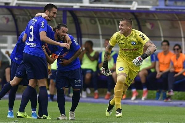 Thủ môn  Washington Aguerre (áo vàng) ăn mừng cùng đồng đội sau khi ghi bàn.
