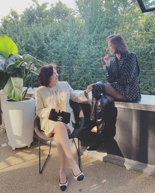 Go Joon Hee và mẹ diện đồ Chanel chụp hình tình cảm.