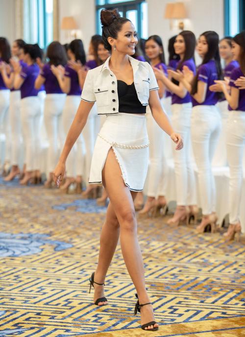 Những chiếc váy vừa ngắn vừa xẻ cao đến hông được HHen Niê diện liên tục.