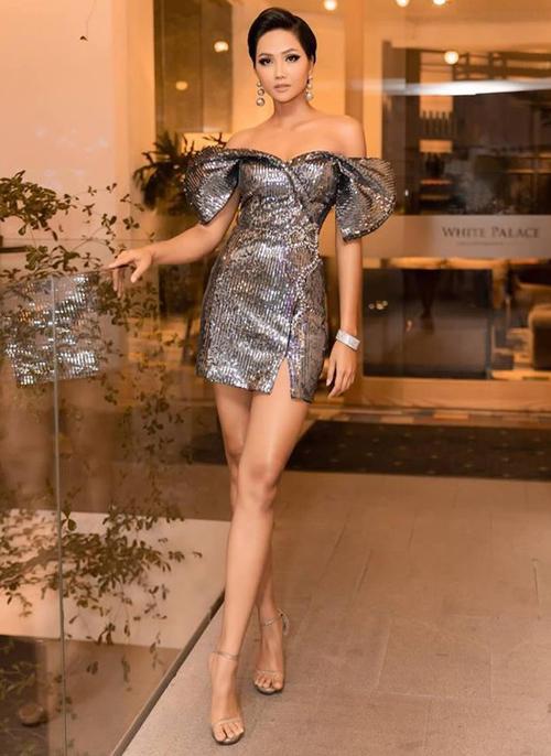 Người đẹp Ê đê thường kết hợp cùng giày cao gót quai mảnh, tạo cảm giác đôi chân thêm dài.