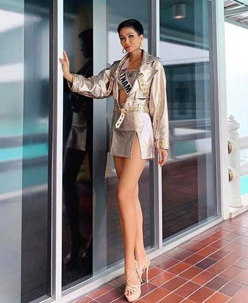 Không ít trang phục của HHen Niê bị chê quá ngắn nên có phần chưa duyên dáng.