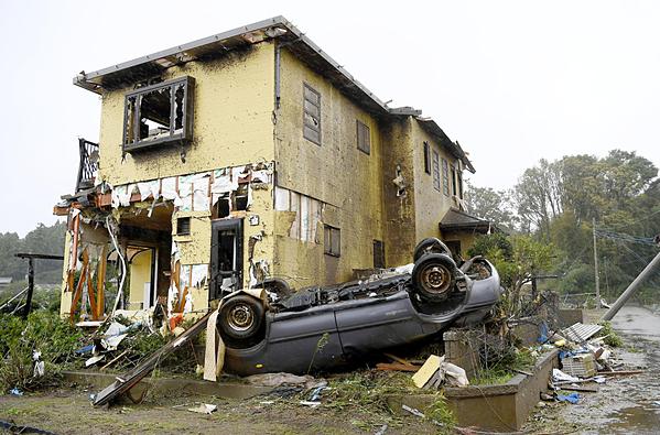 Ngôi nhà và chiếc xe bị một cơn lốc xoáy ở Ichihara, tỉnh Chiba, phá hủy vào sáng 12/10. Ảnh: Kyodo.