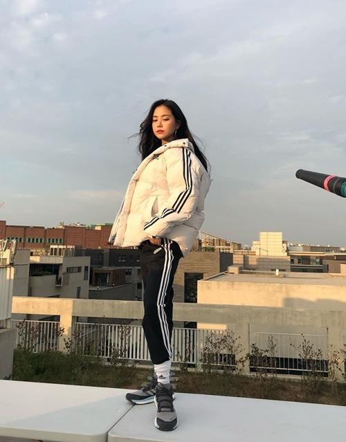 Na Eun tạo dáng đầy thần thái khi chụp hình quảng cáo trên tầng thượng.