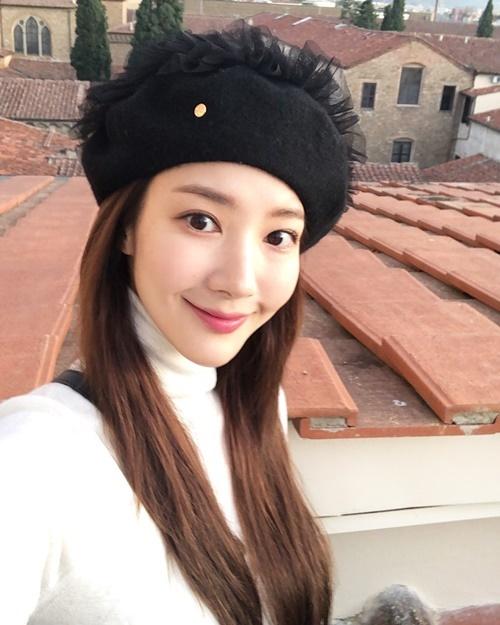 Park Min Young đội mũ nồi dạ đính voan điệu đà trong chuyến du lịch.
