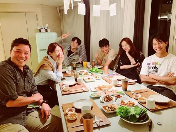 Lee Seung Gi chia sẻ buổi tụ tập của ekip Vagabound cùng Suzy, Shin Sung Rok, Park Ah In.