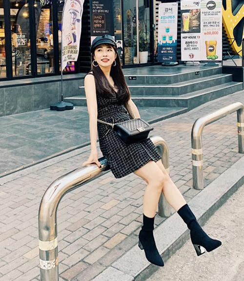 Quỳnh Nga đeo túi hiệu trăm triệu dạo phố Hàn Quốc.
