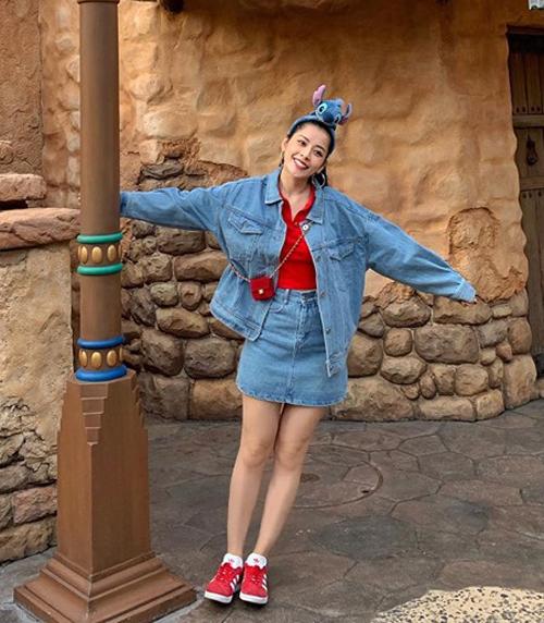 Tạm rời những bộ váy dạ hội lộng lẫy, Chi Pu hồi teen với trang phục kết hợp khéo léo hai tông màu denim và đỏ.