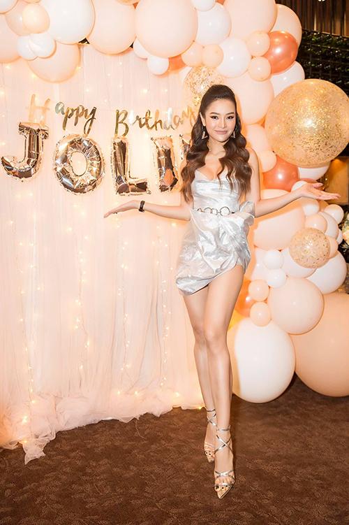 Phương Trinh Jolie đón tuổi mới ngọt ngào.