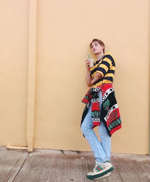 Kai (EXO) khoe street style cá tính với áo khoác và giày của Gucci.