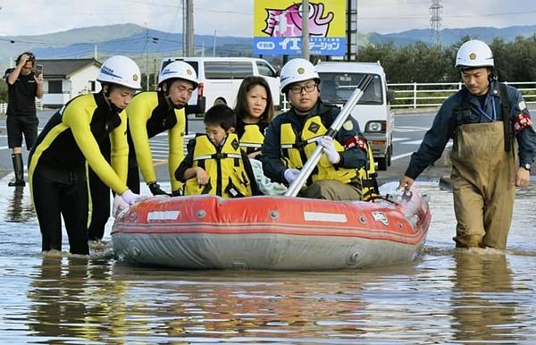 Nước lũ sạch bóng được nhìn thấy dưới xuồng cứu hộ của nhân viên giải cứu ngập lụt ở Iwaki, tỉnh Fukushima. Ảnh: Kyodo.