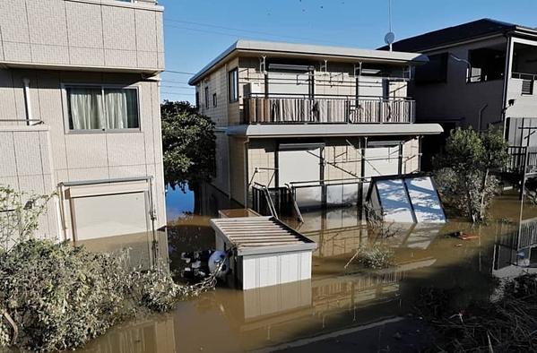 Một khu phố khác ở Kawasaki ngập đến tầng 2 ngôi nhà cũng hoàn toàn không có bóng dáng của rác. Ảnh: Reuters.