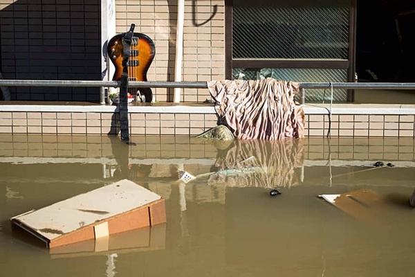 Các mảnh vụn trôi nổi được nhìn thấy trong một khu dân cư đều là vật dụng hoặc mảnh gỗ dùng để che chắn cửa sổ phòng bão. Ảnh: AFP.