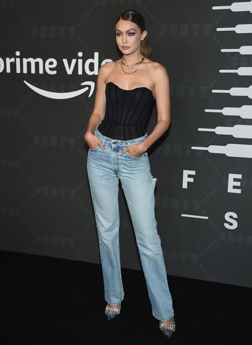 Cô chị của Bella - Gigi Hadid - cũng yêu thích cách diện corset với quần jeans từ lúc ra phố đến đi sự kiện.