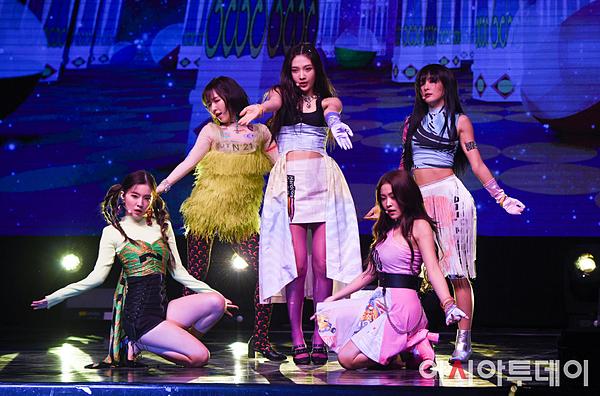 Sân khấu comeback Zimzalabim của Red Velvet gây sốc vì trang phục khó đỡ.