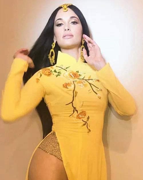 Hôm 12/10, nữ ca sĩ người Mỹ Kacey Musgraves đăng tải loạt hình biểu diễn mới nhất. Cô gây tranh cãi khi mặc dài Việt Nam với phần thân trên kín đáo, tuy nhiên phía dưới không mặc quần, thay vào đó là chiếc quần tất màu nude rất mỏng manh. Giọng ca nhạc đồng quê còn có những cách tạo dáng phản cảm. Những bức hình này khiến khán giả Việt Nam tức giận vì cho rằng cô có hành động không tôn trọng văn hóa truyền thống người Việt. Nhiều sao như Ngô Thanh Vân, Phạm Hương cũng bày tỏ sự bức xúc.