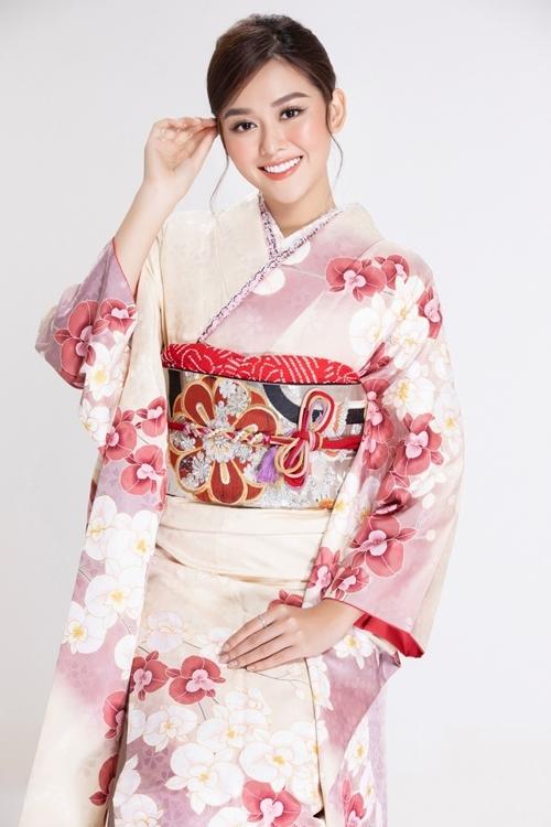 Á hậu Tường San trong trang phục Kimono của người Nhật.