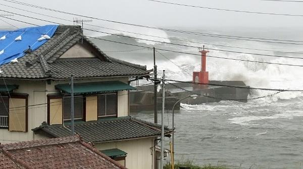 Bão Hagibis đổ bộ vào Nhật Bản kéo theo mưa lớn và gió giật mạnh.
