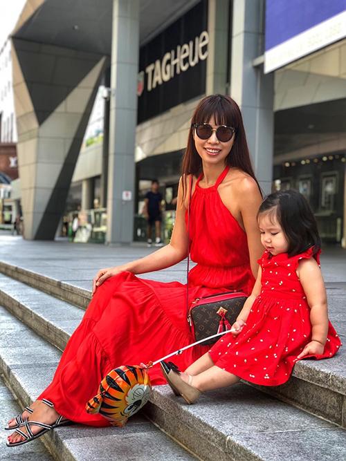 Hà Anh cùng con gái diện đồ đôi đi mua sắm.