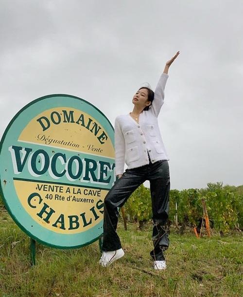 Jennie khoe ảnh đi chơi đồng quê ở Pháp cùng mẹ.