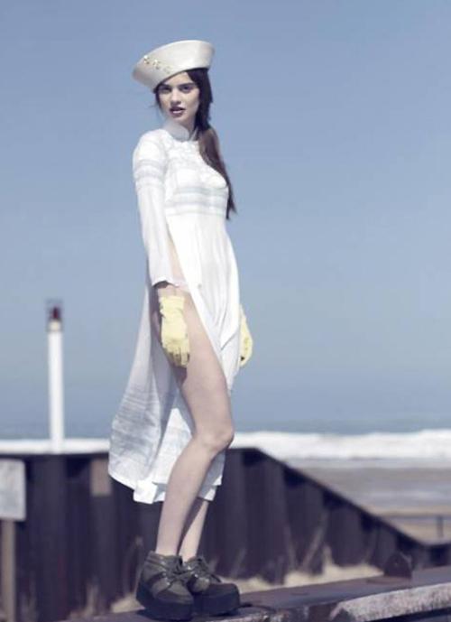 Hồi năm 2013, nhiếp ảnh giagười Mỹ Franey Miller đã đăng tải bức hình mẫu nữ người Ba Lam Baska Mroz