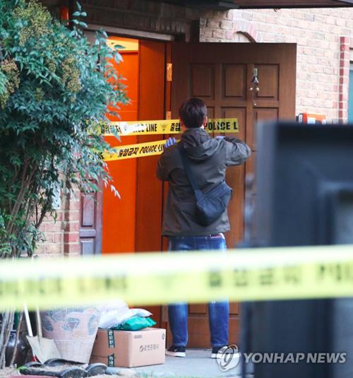 Cảnh sát có mặt ở nhà Sulli sau khi nhận được tin tức.