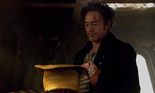 Tạo hình của nam diễn viên như sự pha trộn giữa Sherlock Holmes và thuyền trưởng Jack Sparrow.