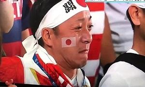 Tuyển thủ và CĐV bóng bầu dục Nhật khóc khi hát quốc ca