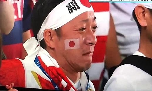 CĐV rơi nước mắt trên khán đài.