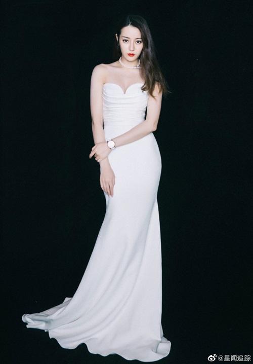 Chiều 15/10, Địch Lệ Nhiệt Ba xuất hiện trong một sự kiện ở Bắc Kinh, Trung Quốc. Nữ diễn viên diện đầm cúp ngực bó sát khoe đường cong quyến rũ.