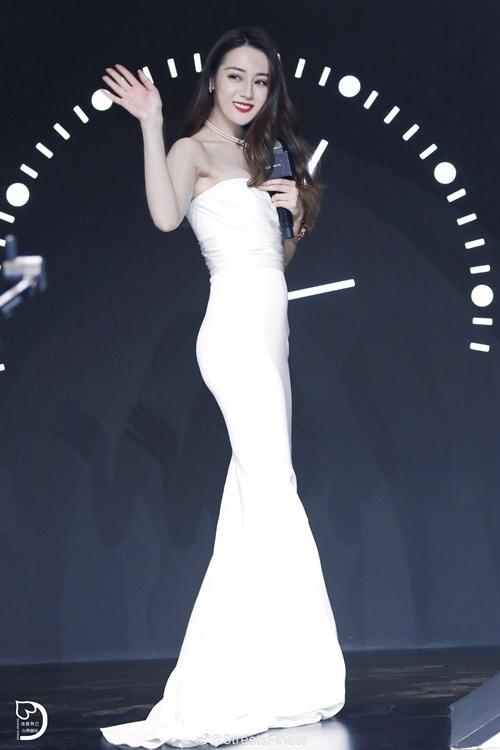 Nữ diễn viên sinh năm 1992 có chiều cao 1,69m, vóc dáng thon thả. Cô được khen là một trong những sao nữ có thân hình đẹp nhất Cbiz.