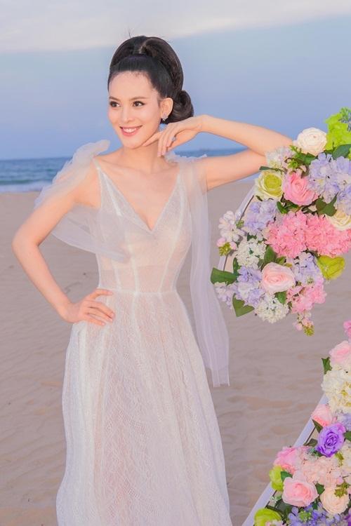 Trong bữa tiệc, Sang Lê búi tóc cao, tôn gương mặt thanh tú. Cô diện đầm mỏng của NTK Lâm Lâm.