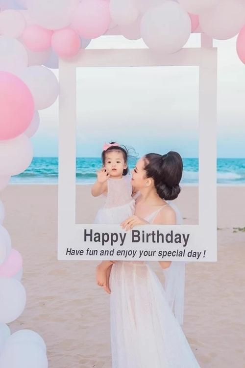 Người đẹp bế con gái Sugar Minh Anh trong tiệc chào đón tuổi mới.