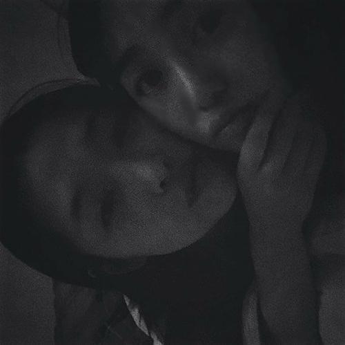 Mina, cựu thành viên AOA cũng chia sẻ bức ảnh cũ cùng Sulli: Jin Ri à, đừng bị ốm, đừng đau khổ và hãy hạnh phúc nhé.