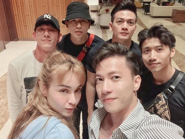 Hội bạn thân showbiz gồm MLee, S.T, Song Luân, Lê Xuân Tiền... rủ nhau đi chơi.