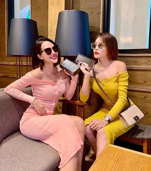 Minh Triệu - Kỳ Duyên lâu lâu mới nữ tính bất ngờ với váy trễ vai. Cả hai còn khoe chiếc iPhone 11 đôi mới sắm.