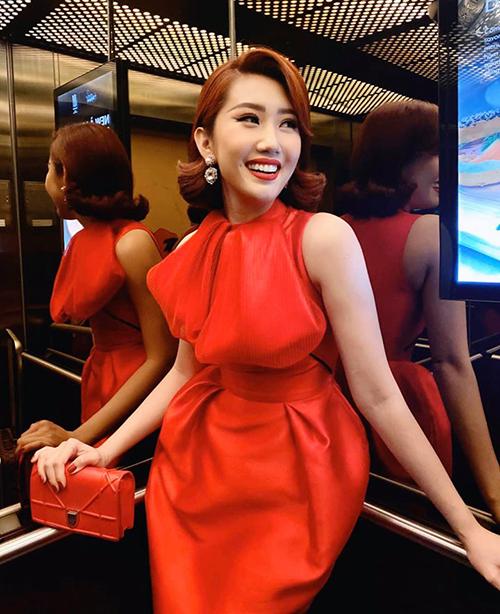 Thúy Ngân lên đồ đỏ rực từ trang phục đến túi xách để đi sự kiện.