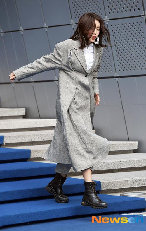 Nữ diễn viên Chae Jung An suýt ngã khi bước đi trên thảm xanh.