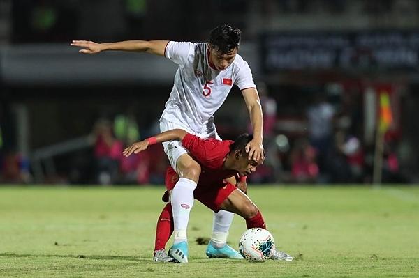 Khoảnh khắc cầu thủ Indonesia cõng Văn Hậu trên lưng. Ảnh: Đức Đồng.