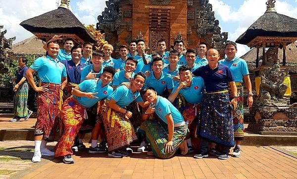 Đội tuyển Việt Nam chụp ảnh tại một ngôi đền. Ảnh: VFF