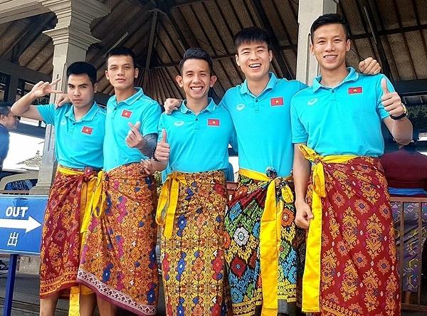 Đức Huy, Hữu Tuấn, Hồng Duy cùng Duy Mạnh và Quế Ngọc Hải tự tin khoe hình mặc váy.