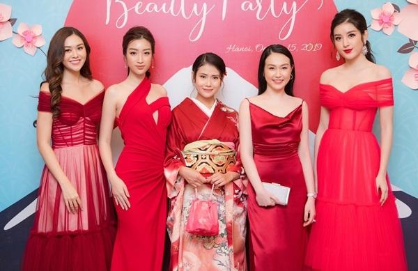 Hương Baby hội ngộ Á hậu Tường San, hoa hậu Đỗ Mỹ Linh, chủ nhân bữa tiệc và Á hậu Huyền My (từ trái qua).