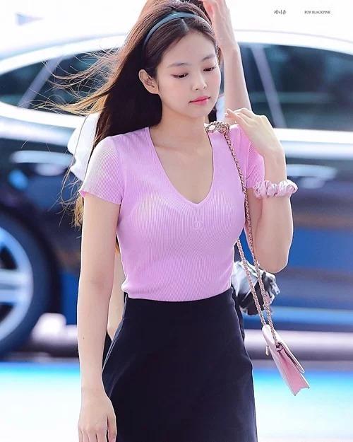 Những trang phục của Chi Pu khiến khán giả lập tức liên tưởng đến một trang phục của Jennie gần đây. Thành viên Black Pink diện tông hồng, cũng là một gam màu ngọt ngào đang được yêu thích năm nay. Cô kết hợp cùng bờm nhựa mảnh, túi đeo một bên vai và chun buộc tóc đeo cổ tay, toát lên nét đẹp tiểu thư cổ điển, giống hệt các cô gái thập niên 90.
